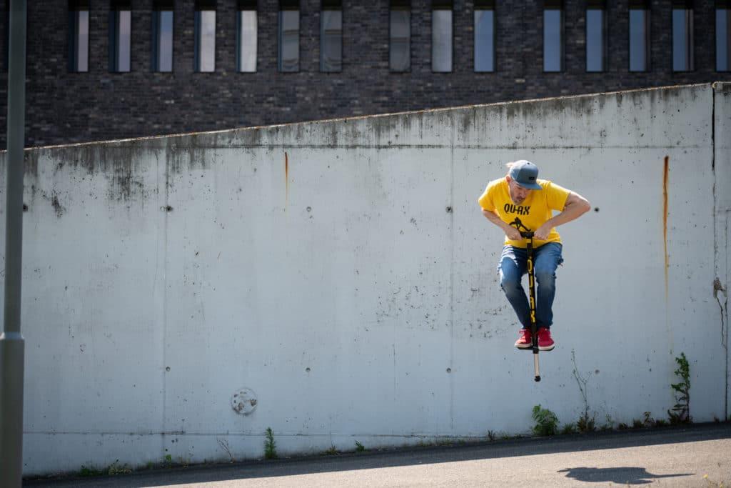 Homme s'amuse à sauter avec son bâton sauteur