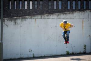 Photo qui montre un homme qui saute très haut avec son bâton sauteur (Pogo Stick)